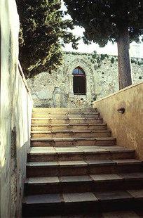Η είσοδος στη Μονή Αγίας Ειρήνης